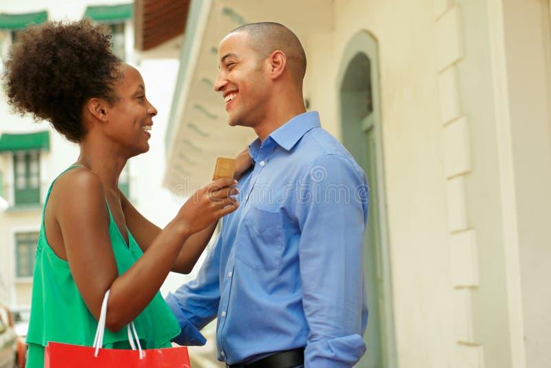 Hållande kreditkort för afrikansk amerikanpar i Panama royaltyfri fotografi