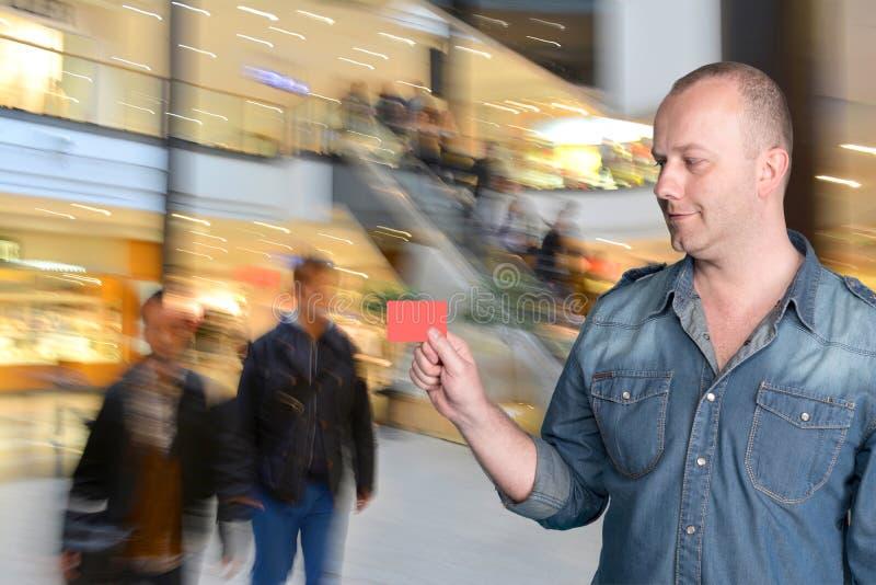 Hållande kreditkort för man royaltyfri foto