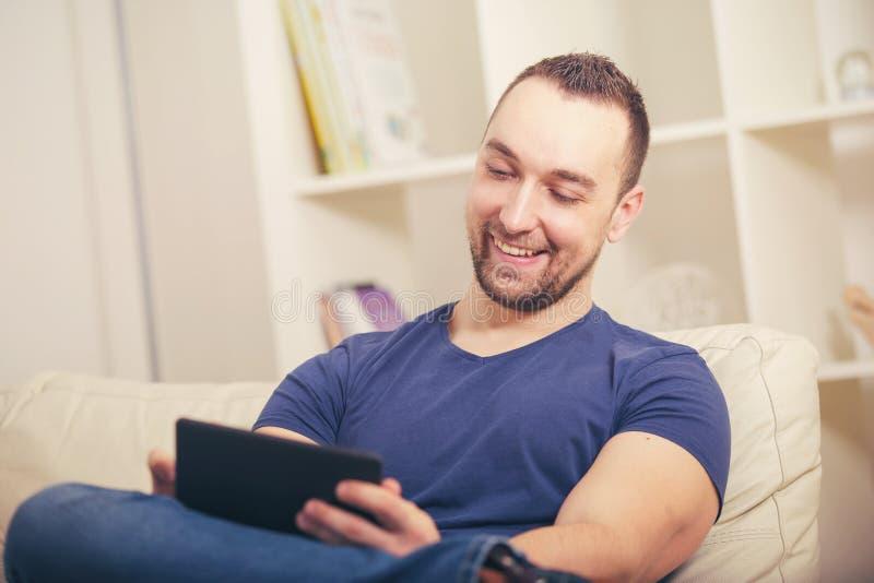 Hållande kreditkort för man och använda den digitala minnestavlan fotografering för bildbyråer