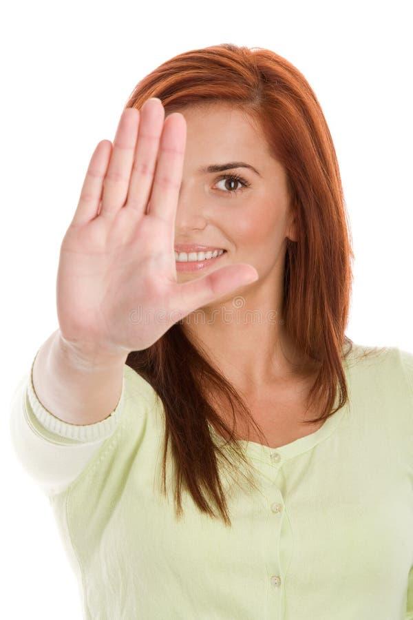 Hållande kvinna ut hennes hand i en stoppsignal royaltyfri foto