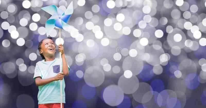 Hållande liten sol för lycklig pojke över bokeh royaltyfri fotografi