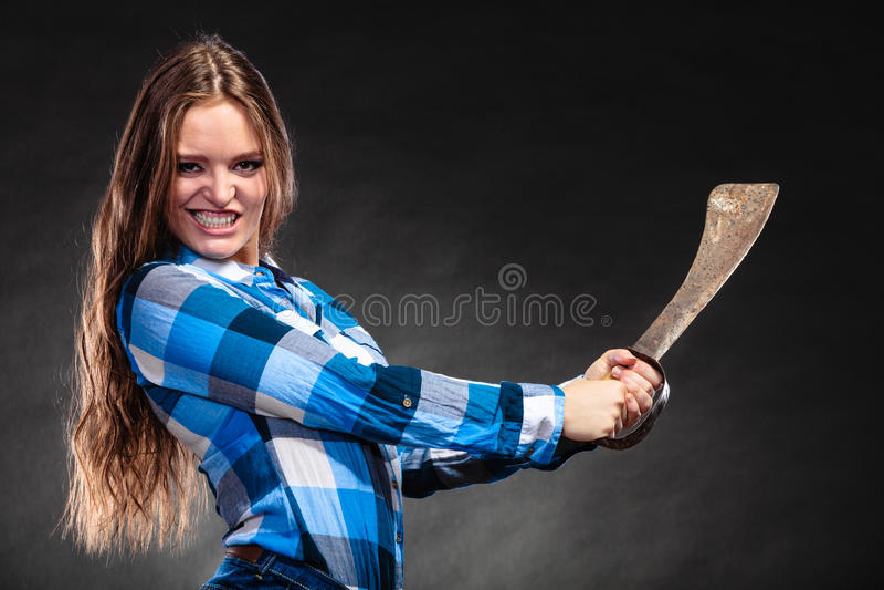 Hållande machete för nätt stark kvinna royaltyfria foton