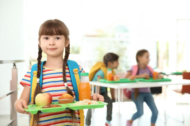 Hållande magasin för flicka med sund mat royaltyfria foton