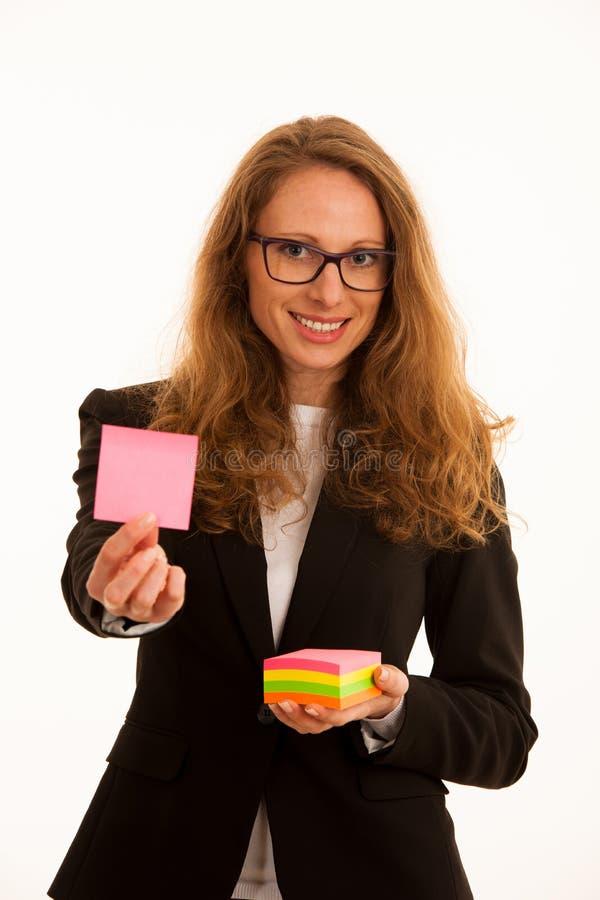 Hållande markörklistermärke för kvinna med kopieringsutrymme för extra text arkivbilder