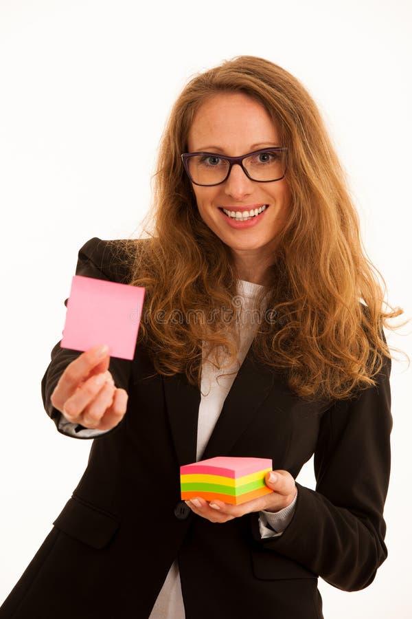Hållande markörklistermärke för kvinna med kopieringsutrymme för extra text royaltyfri bild