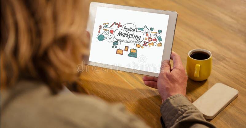 Hållande minnestavlaPC för affärskvinna med det digitala marknadsföringstecknet royaltyfria bilder