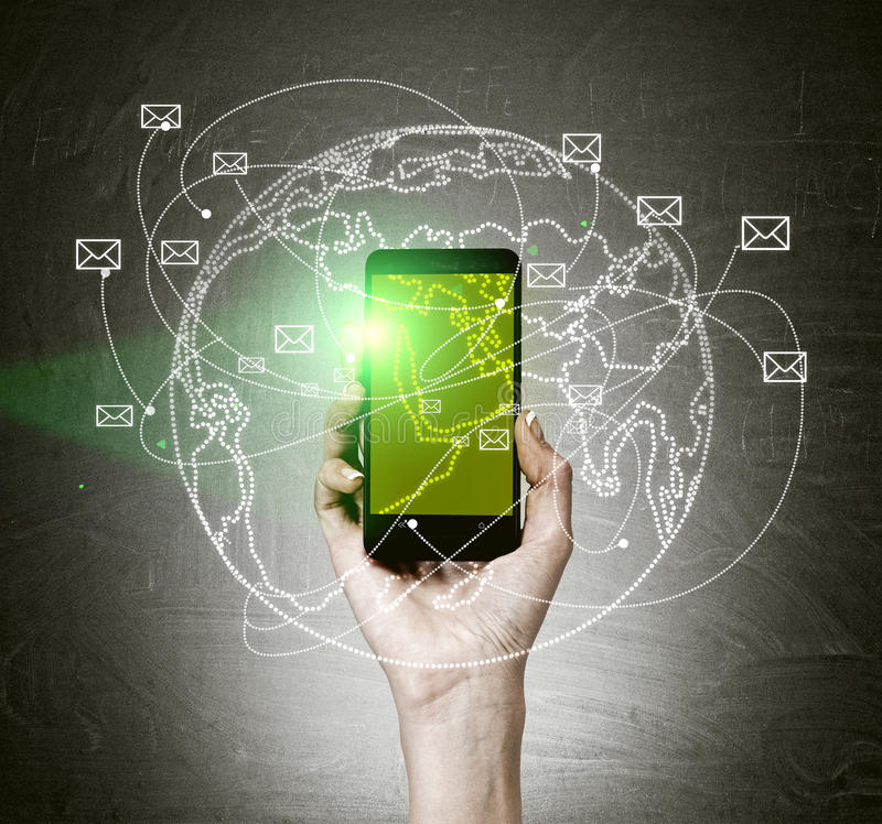 Hållande mobiltelefon för hand med den gröna skärmen arkivbild