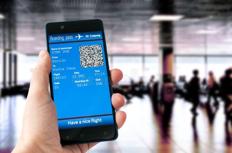 Hållande mobiltelefon för hand med det mobila logipasserandet arkivfoton