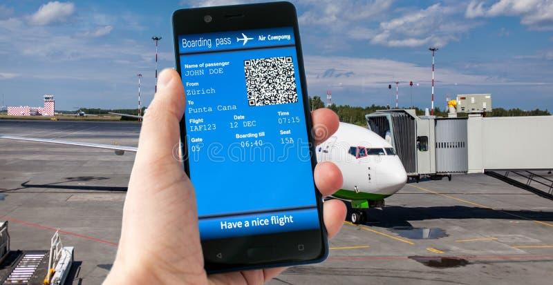Hållande mobiltelefon för hand med det mobila logipasserandet royaltyfri foto