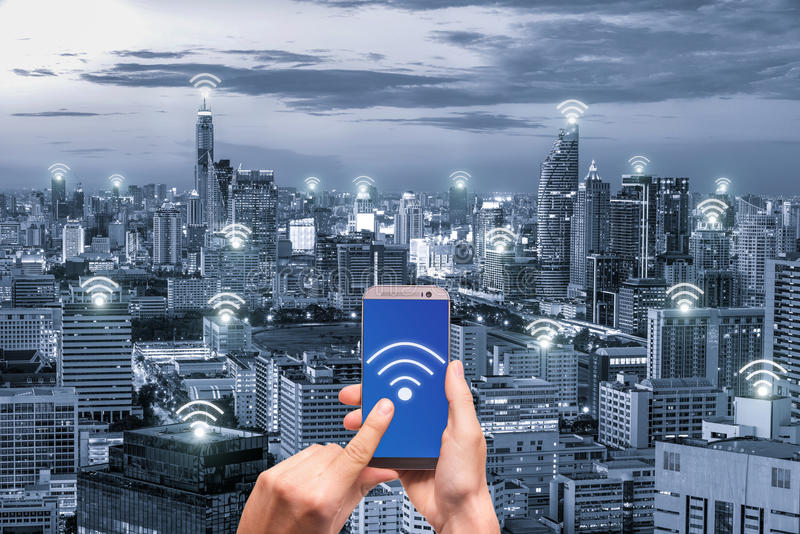 Hållande mobiltelefon för hand med nätverket för wifinätverksanslutning arkivbild