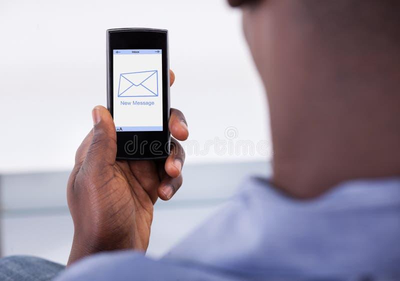 Hållande mobiltelefon för person royaltyfria foton