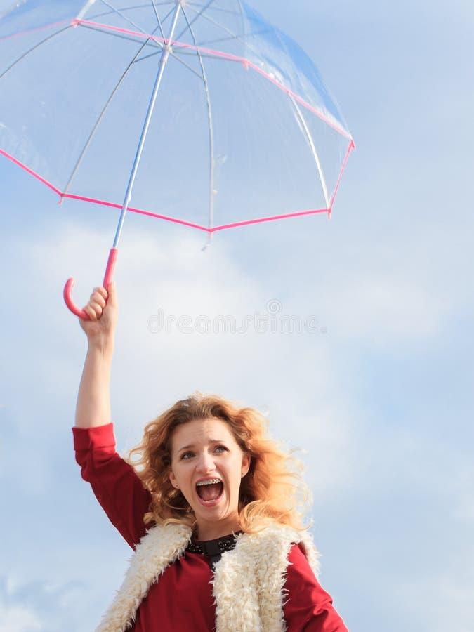 Hållande paraply för lycklig kvinna arkivbilder