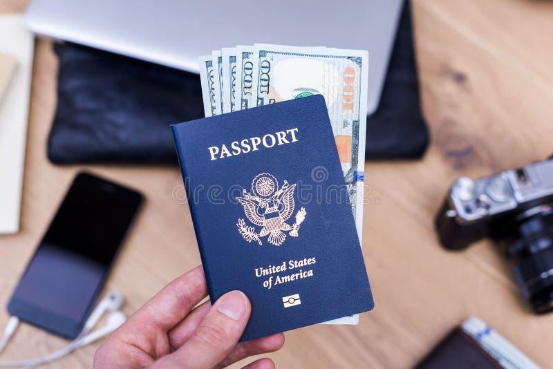 Hållande pass för hand med dollar arkivbild
