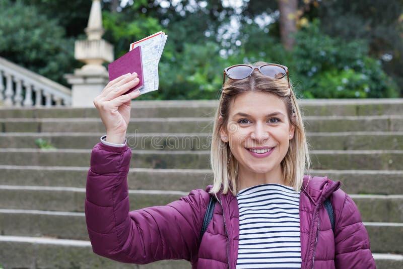 Hållande pass för kvinna arkivfoton