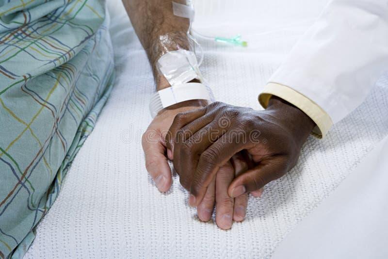 Hållande patienthand för doktor royaltyfria foton