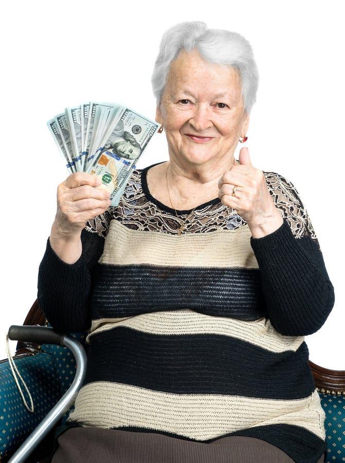 Hållande pengar för gammal kvinna i händer royaltyfri foto