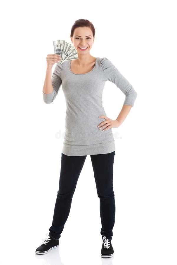 Hållande pengar för härlig tillfällig kvinna. royaltyfria bilder