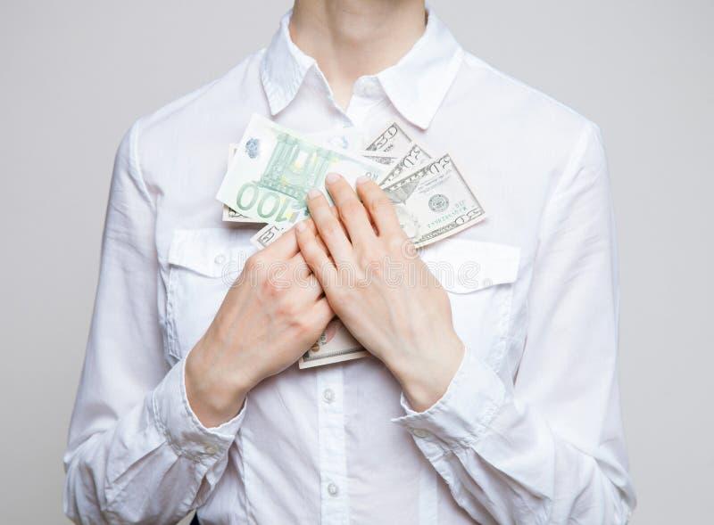 Hållande pengar för oigenkännlig affärskvinna royaltyfria foton