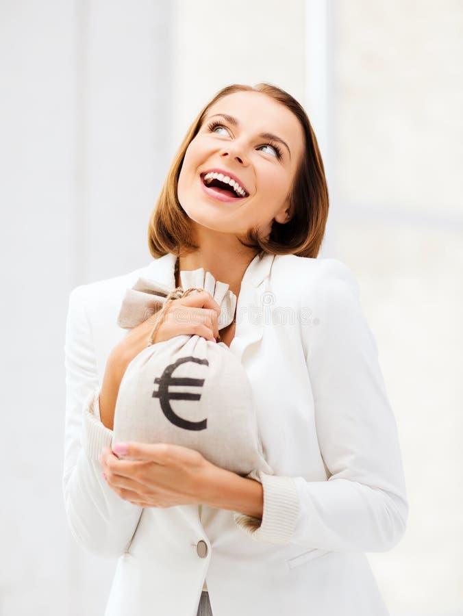 Hållande pengarpåse för affärskvinna arkivbilder