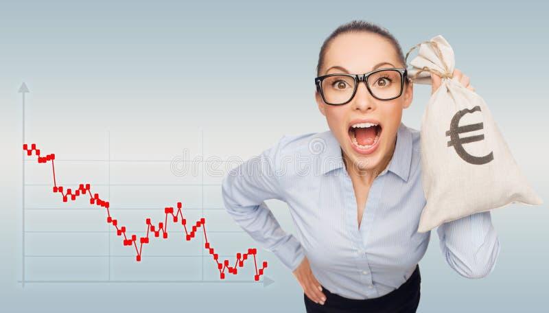 Hållande pengarpåse för chockad affärskvinna med euro royaltyfri illustrationer
