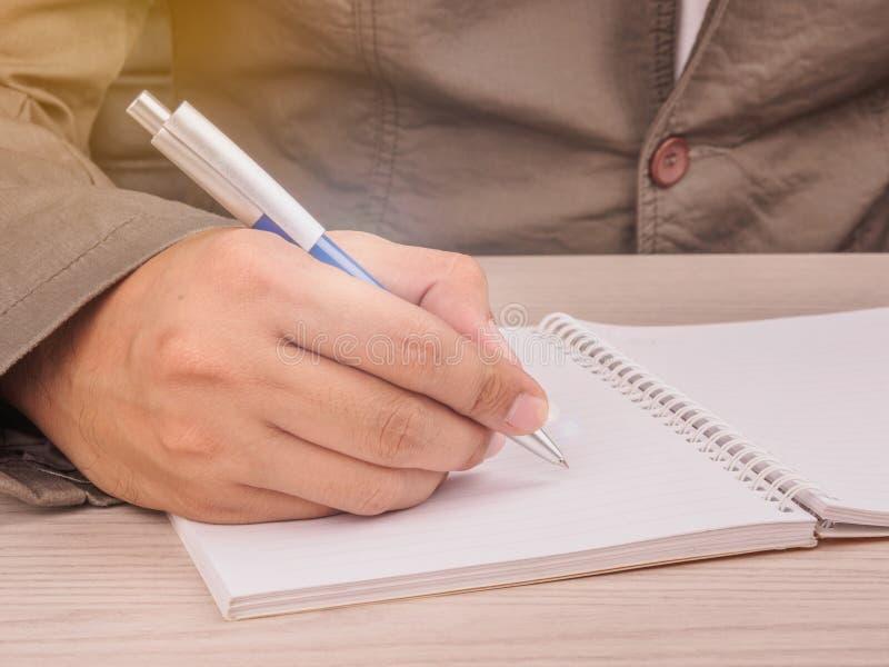 hållande penna för affärsman som ska skrivas royaltyfri bild