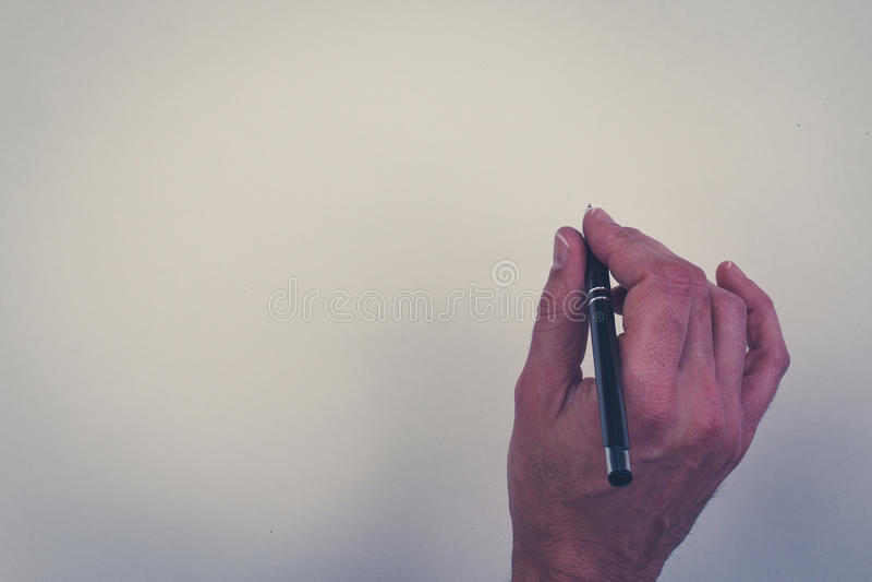 Hållande penna för hand som isoleras över vit bakgrund royaltyfri fotografi