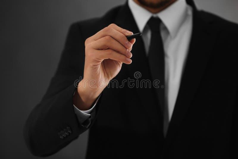 Hållande penna för manlig hand, arkivbilder