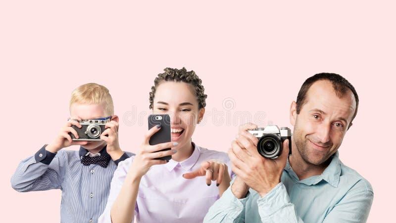 Hållande photocamera för för grupp människorungekvinna och man royaltyfri foto