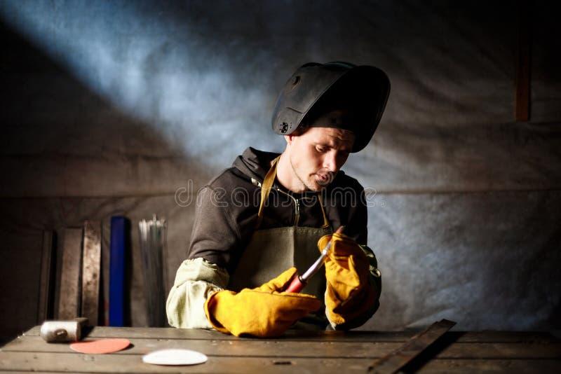 Hållande plasmautrustning för arbetare i stålfabrik fotografering för bildbyråer