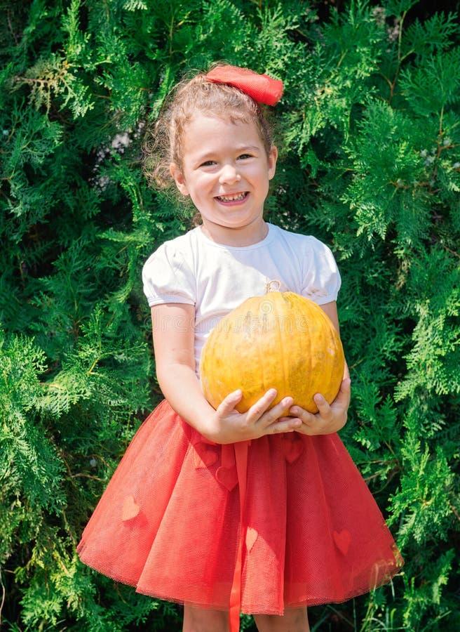 Hållande pumpa för barn royaltyfria bilder