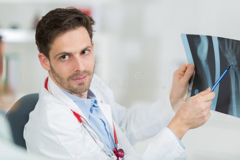 Hållande röntgenstrålefilm för doktor arkivfoton