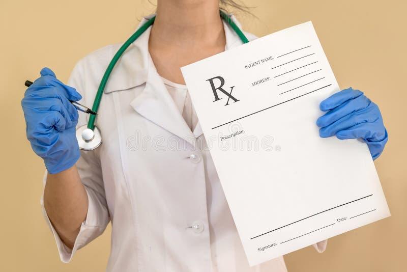 Hållande rxpapper för kvinnlig doktor arkivbilder