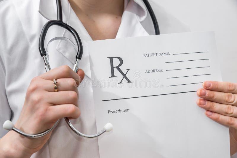 Hållande rxpapper för kvinnlig doktor royaltyfria foton