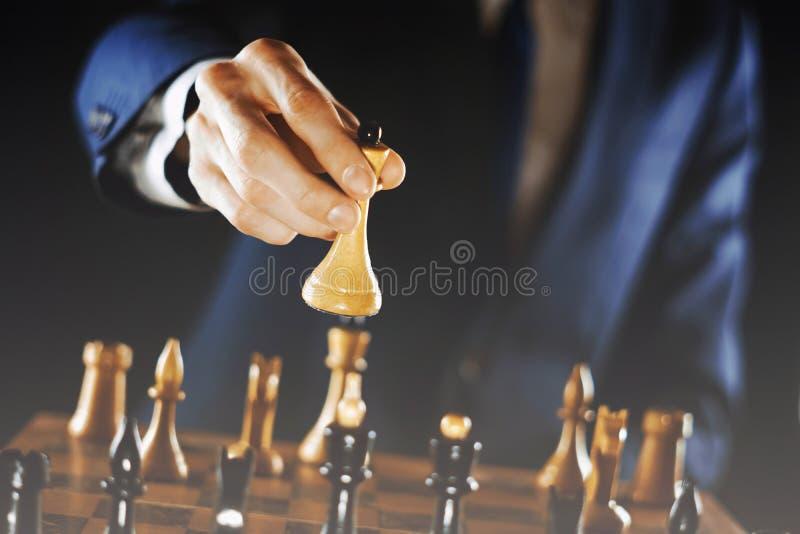 Hållande schack för hand royaltyfri bild