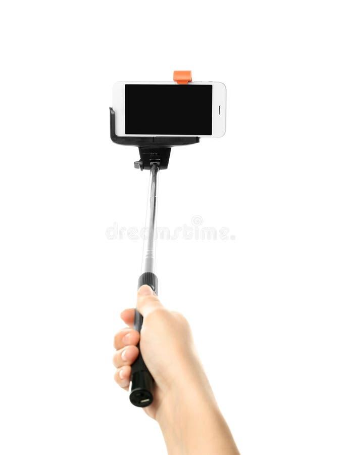 Hållande selfiepinne för kvinna med mobiltelefonen fotografering för bildbyråer