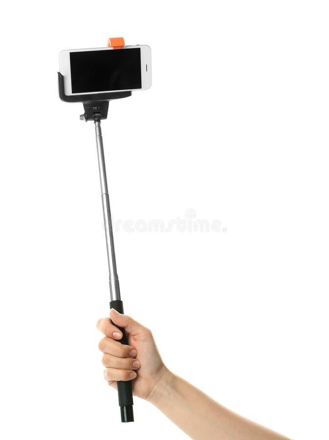 Hållande selfiepinne för kvinna med mobiltelefonen arkivbild
