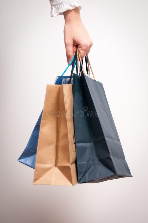 Hållande shoppingpåsar royaltyfri foto
