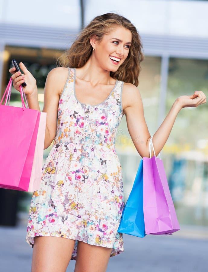 Hållande shoppingpåsar för kvinna royaltyfria bilder