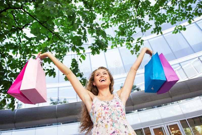Hållande shoppingpåsar för kvinna arkivbild