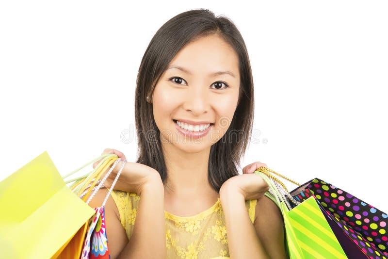 Hållande shoppingpåsar för kvinna arkivfoton