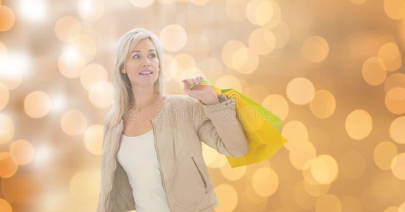 Hållande shoppingpåsar för kvinna, medan se bort arkivfoto