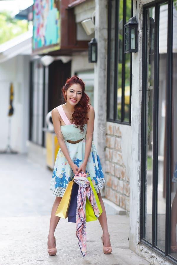 Hållande shoppingpåsar för ung härlig kvinna arkivbild