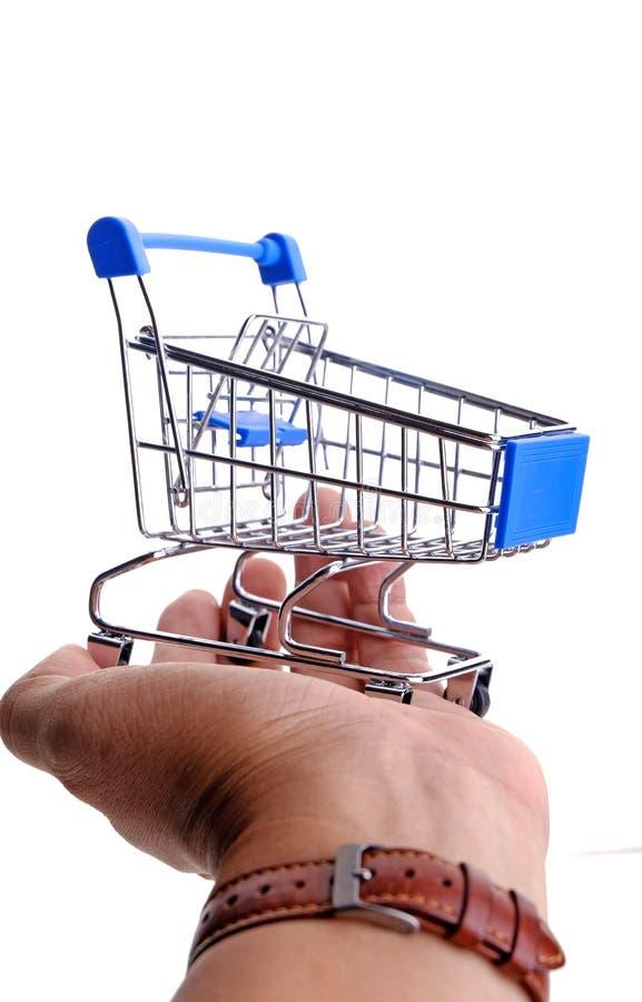 Hållande shoppingspårvagn för hand fotografering för bildbyråer