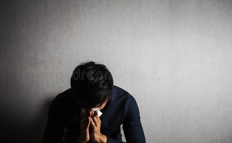 Hållande silkespapperpapper för man på hans näsa sjukt eller gråt royaltyfri foto