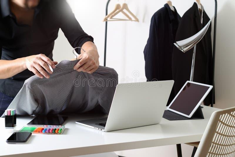Hållande skjorta för modeformgivare och användabärbar dator med den digitala fliken royaltyfri foto
