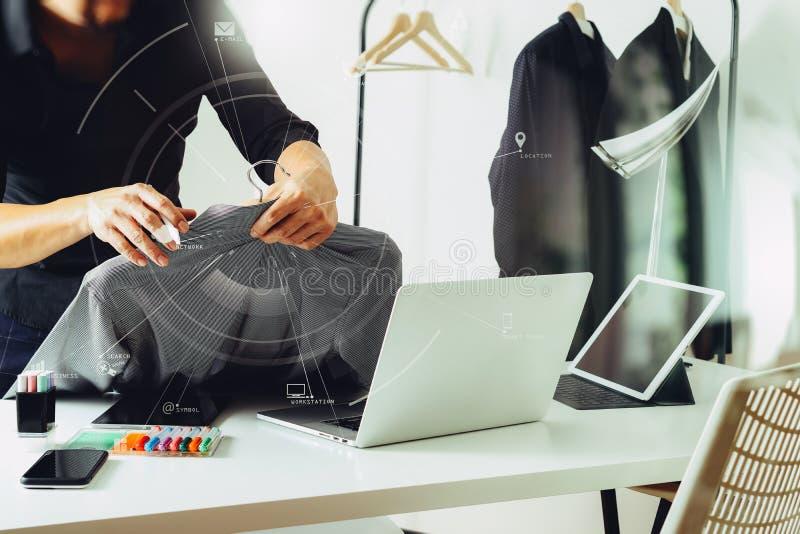 Hållande skjorta för modeformgivare och användabärbar dator med den digitala fliken royaltyfri fotografi