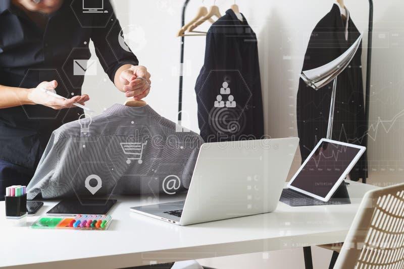 Hållande skjorta för modeformgivare och användabärbar dator med den digitala fliken arkivbild