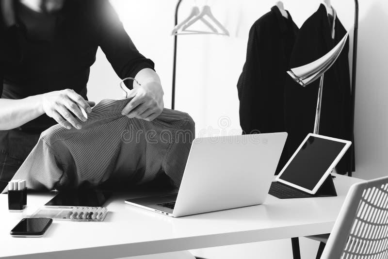 Hållande skjorta för modeformgivare och användabärbar dator med den digitala fliken royaltyfri bild