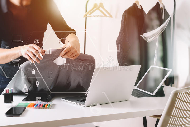 Hållande skjorta för modeformgivare och användabärbar dator med den digitala fliken royaltyfria bilder