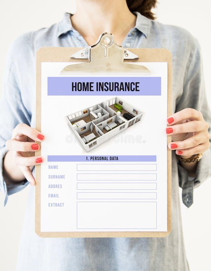 hållande skrivplatta för kvinna med homeinsurance royaltyfri fotografi